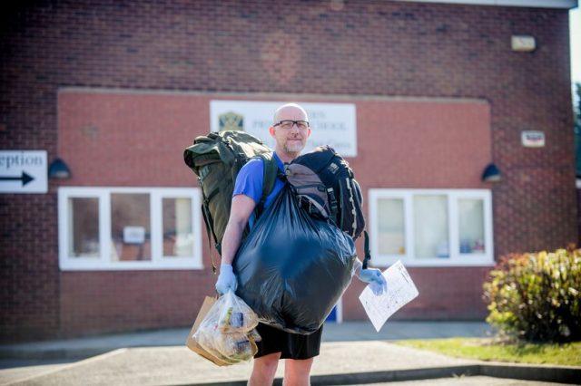 Учитель ежедневно проходит 8 км, чтобы доставить еду детям из социально-уязвимых семей