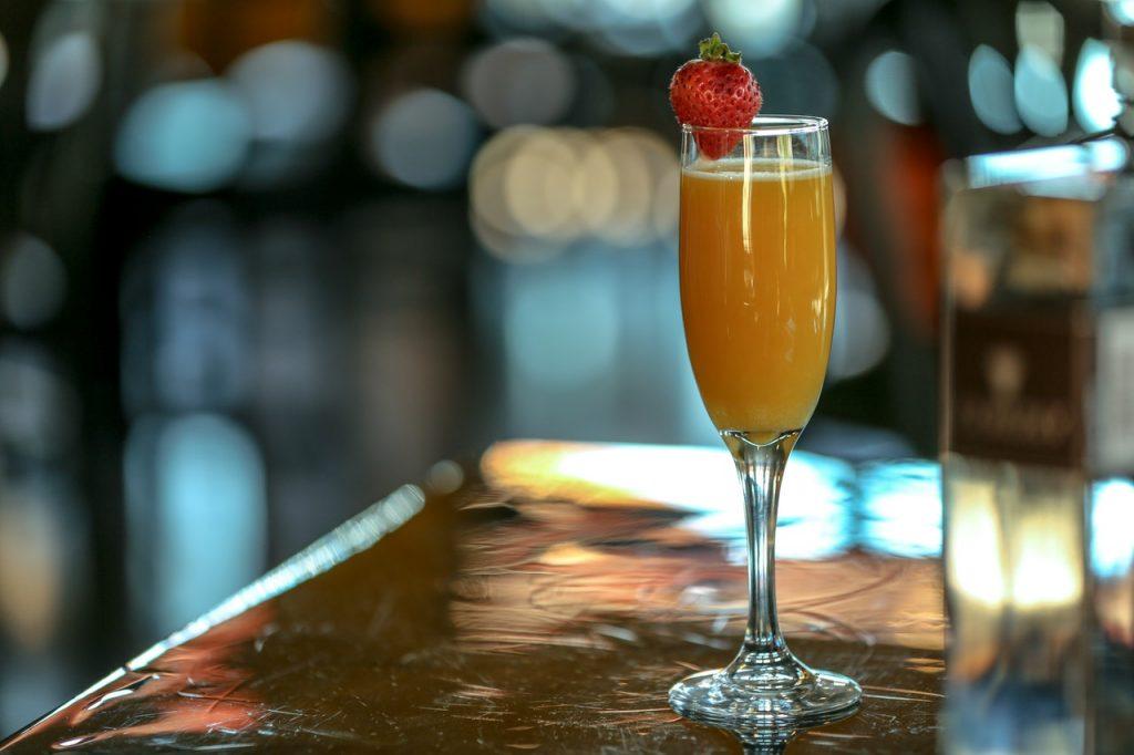 """коктейль """"Персиковый бриз"""": шампанское, персик, сахар"""