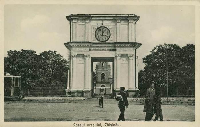 Строительством Триумфальной арки руководил архитектор И. Заушкевичь