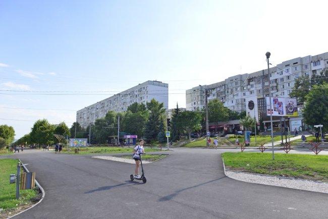 аллея на бульваре Мирча чел Бэтрын