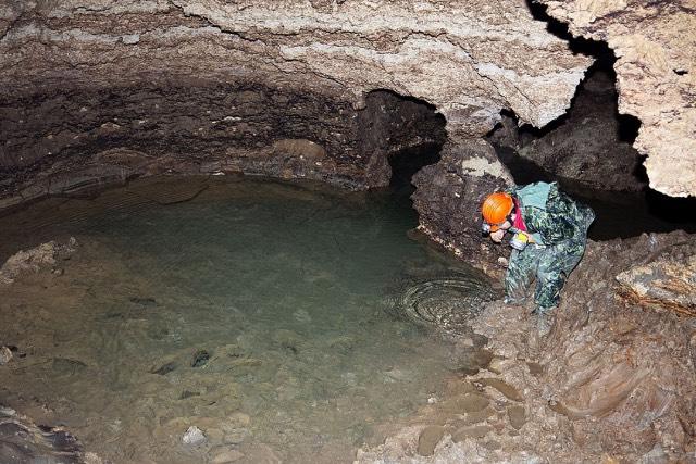 подземное озеро в пещере Золушка