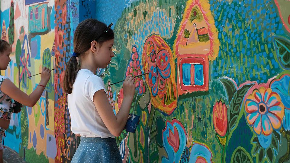 """детки расписывают стены у рынка """"Дельфин"""""""