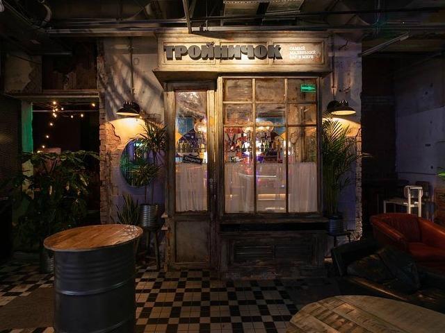В Москве открылся самый маленький бар. Он вмещает только двух гостей и одного бармена