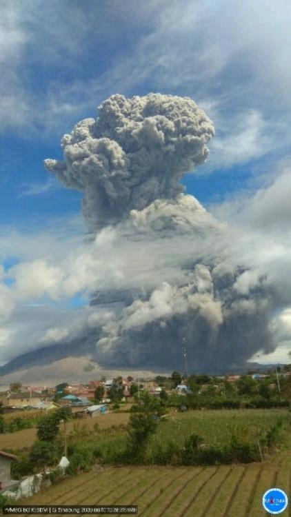 В Индонезии снова проснулся вулкан.
