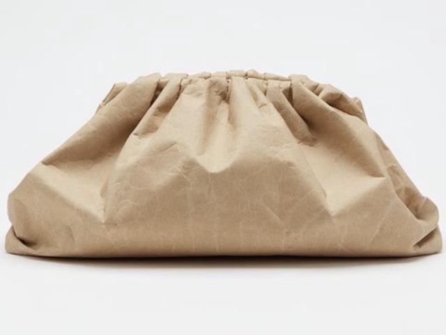 Итальянский бренд Bottega Veneta выпустил сумки из переработанной бумаги