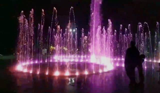 """В парке """"Алунелул"""" включили музыкальные фонтаны. Пока в тестовом режиме"""