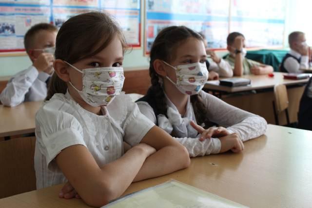 Школьники в масках, ясельные группы в детсадах.