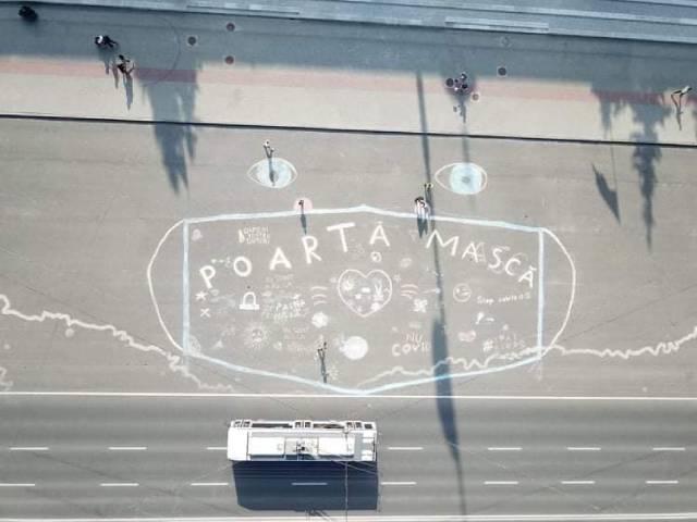 В центре Кишинева волонтеры нарисовали 50-метровую медицинскую маску
