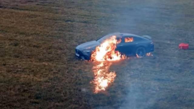 Блогер сжег свой Mercedes. Он обиделся на официальный центр обслуживания