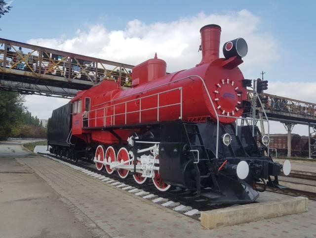 Локомотив - памятник, установленный на Кишиневском железнодорожном вокзале