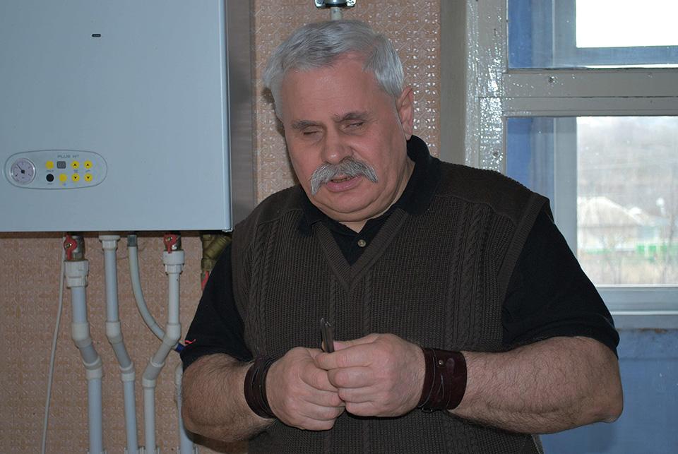 Есть в Молдове силачи, которые голыми руками могут гнуть гвозди и рвать металлические цепи.