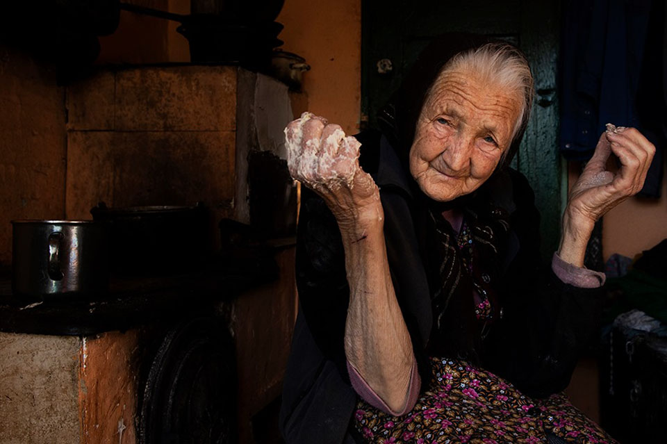 Фотограф Влад Думитреску, бабушка печет булочки