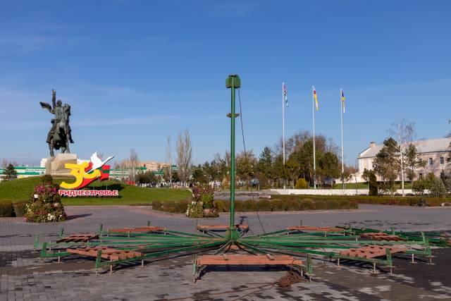 В Тирасполе начали устанавливать новогоднюю елку