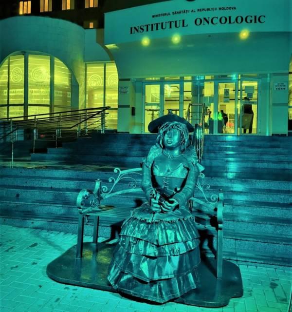 У Института онкологии появилась железная скульптура - символ любви к жизни