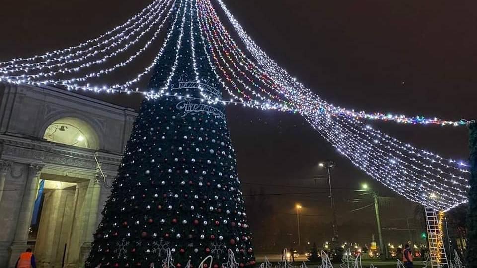 Главная новогодняя елка уже установлена и украшена.