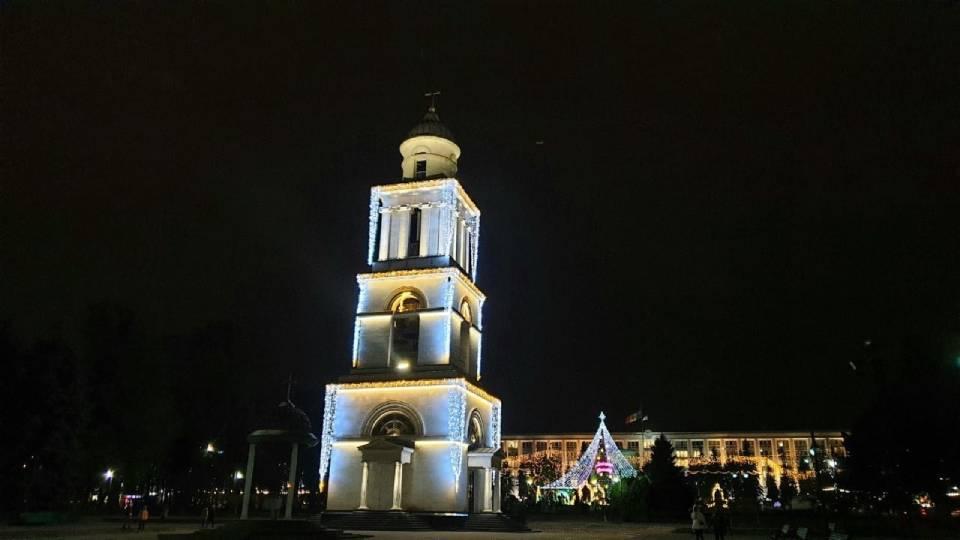 Теперь в каждом районе Кишинева вечером зажигаются новогодние огни.