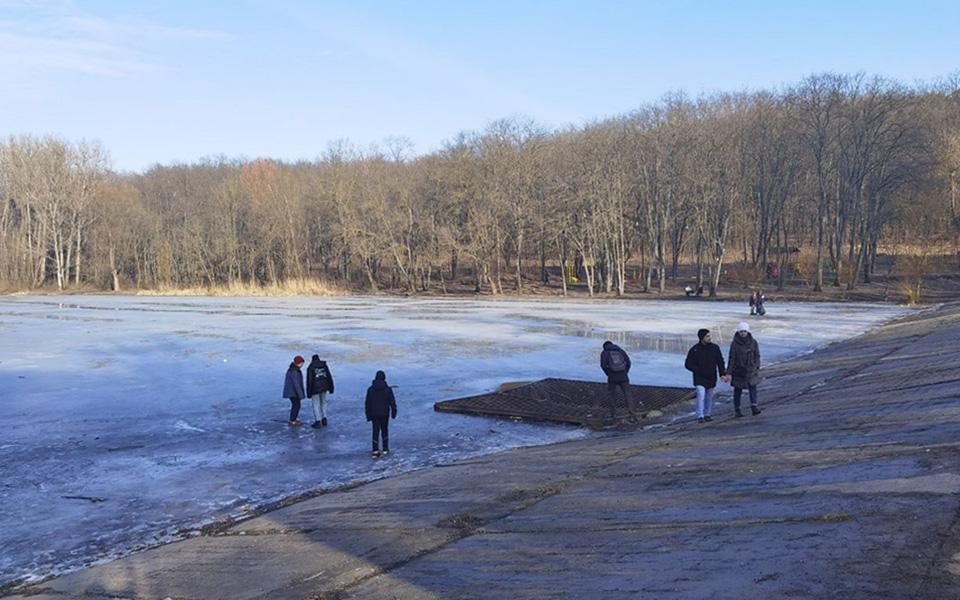 Лед на молдавских водоемах тонкий. Но людей это не останавливает